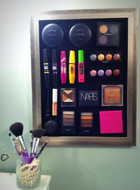 Храните средства для макияжа на магнитной доске.
