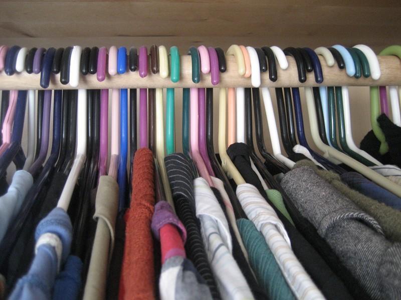 Вешайте одежду, которую вы носите, в одном направлении в гардеробе. Так по истечении определенного в