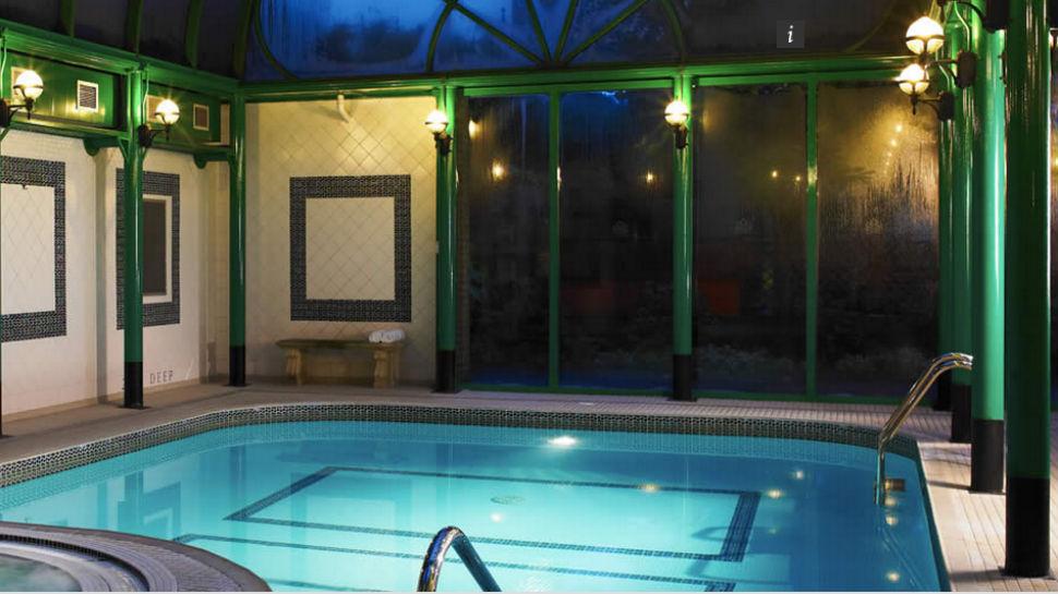 Фантазия — предвкушать романтическое ночное купание в крытом бассейне отеля Norfolk Royale, графство