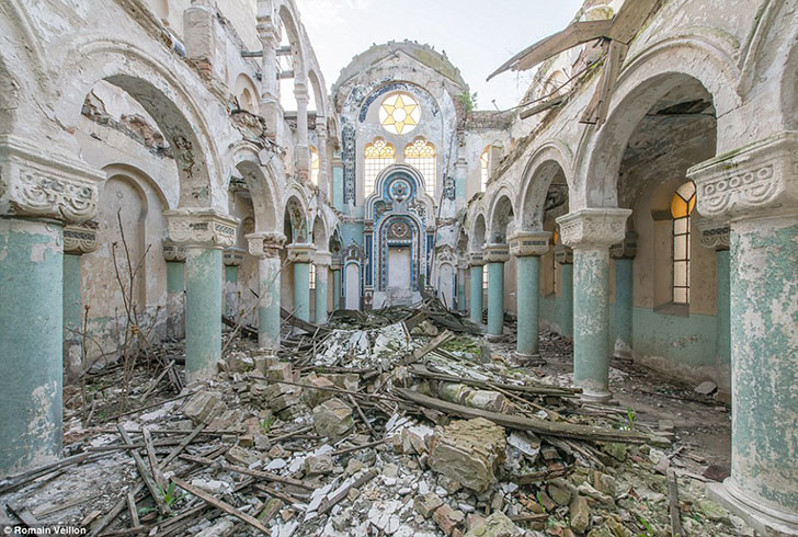 Церковь с обвалившейся крышей в Румынии.