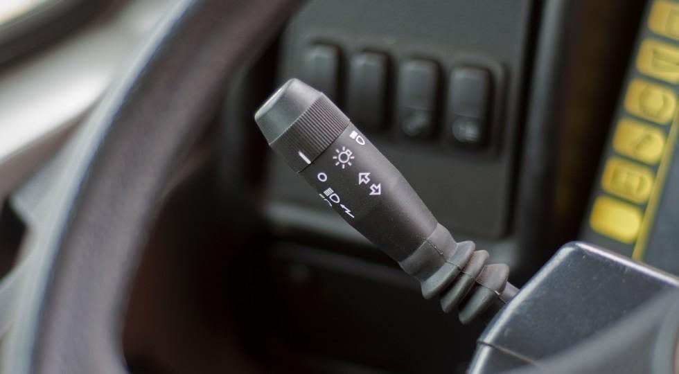 Блок клавишей слева от руля нужен для управления всей светотехникой БЕЛАЗа. Кстати, обратили внимани