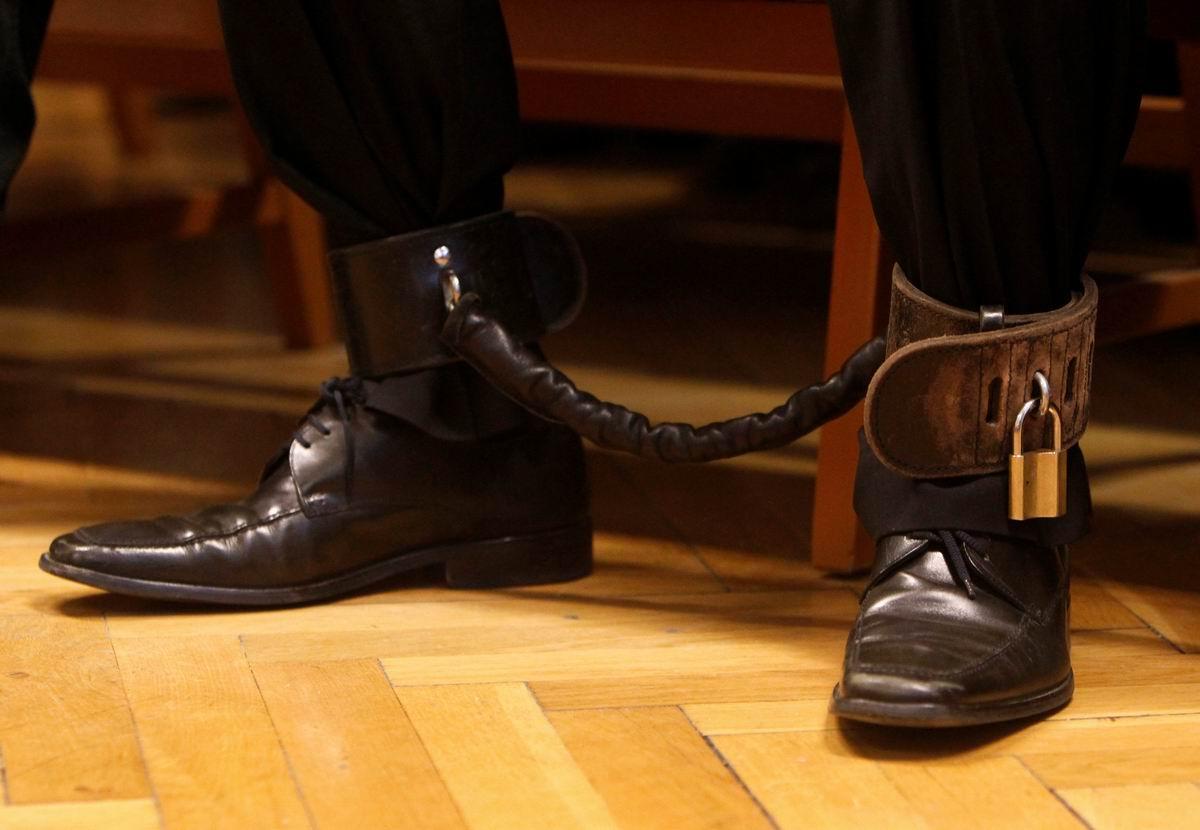В кожаных браслетах: Мягкие кандалы от современного европейского правосудия