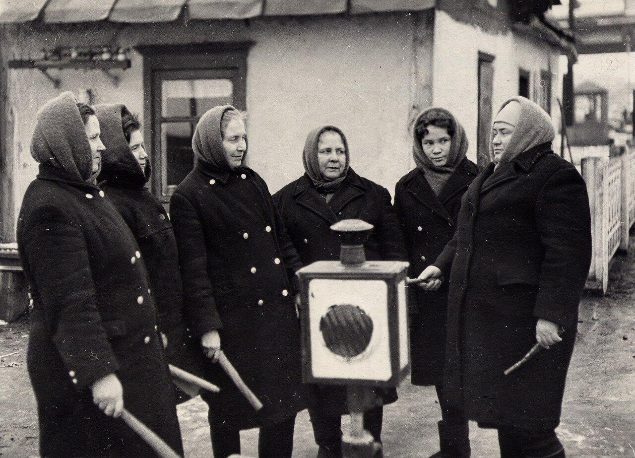 1960-е. Старший стрелочник инструктирует постовых стрелочников перед вступлением на дежурство, ст. Челябинск-Главный