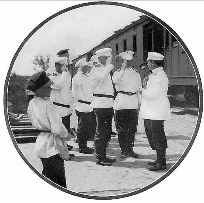 29. Военные на станции