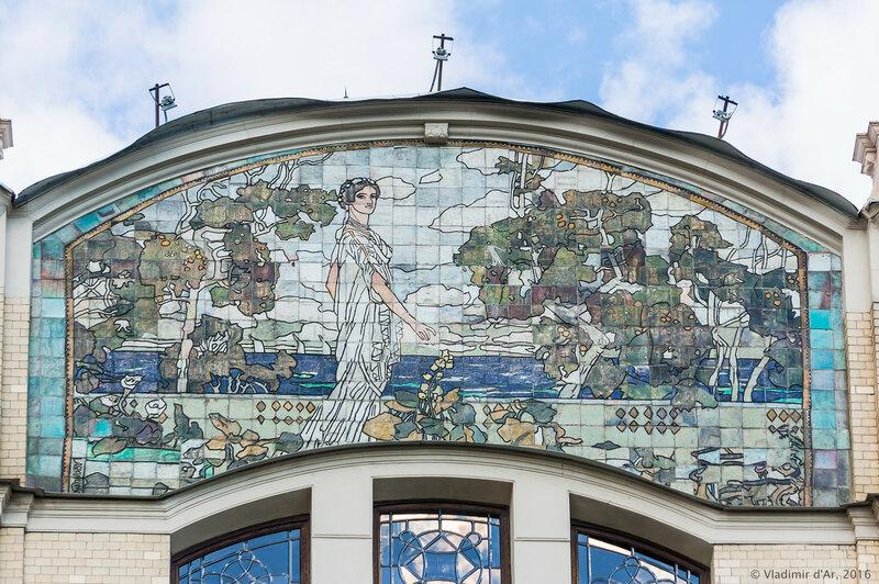 Майоликовое панно «Поклонение старине» на западном фасаде гостиницы «Метрополь». А.Я. Головин.
