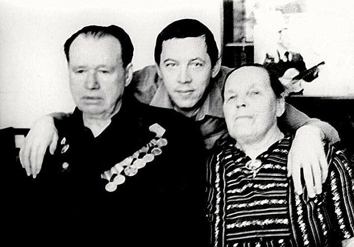 Валерий Золотухин с родителями.jpeg