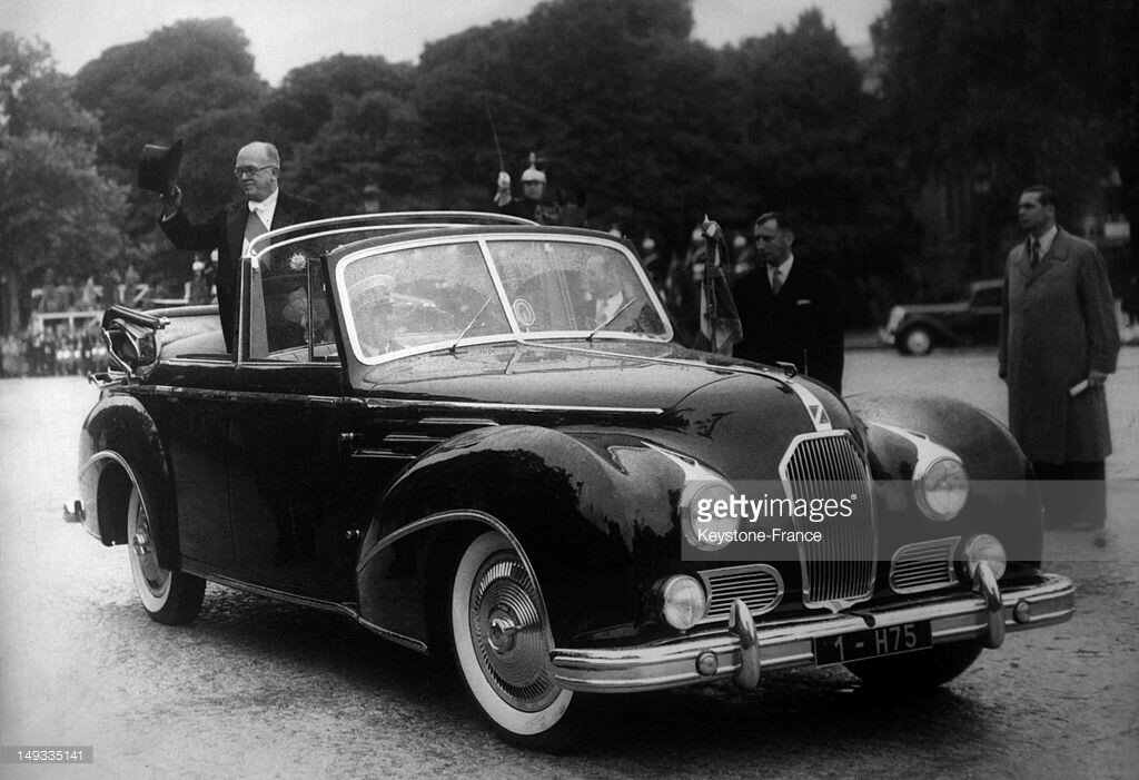 1949 French President Vincent Auriol greeting the crowd in the presidential car, a Talbot Lago designed by Saoutchik, in Paris.jpg