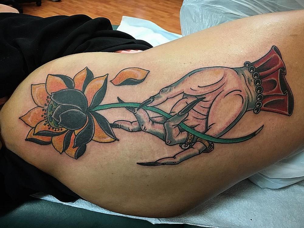 Девушки с татуировками на бедрах