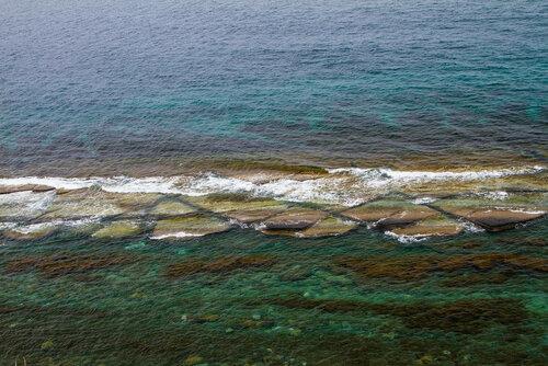 Чистейшая вода и рифы - одна из достопримечательностей мыса Вятлина