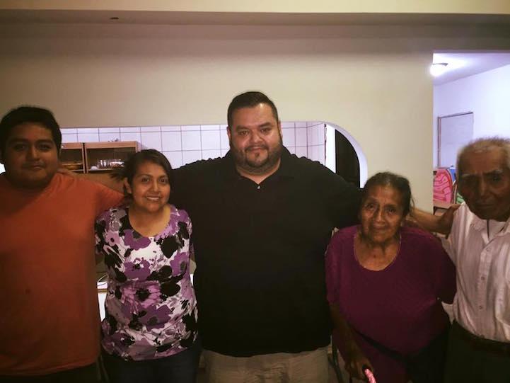 Джоэль Масиас (в центре) и семья Санчез (справа). Фото: Джоэль Масиас.