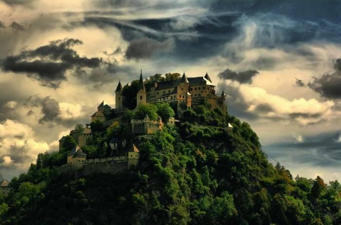 Средневековый замок Гохостервитц построили в далеком IX веке. Его башни и сейчас неусыпно следят за