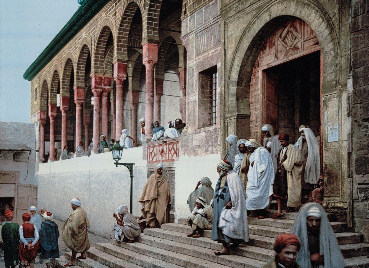 У входа в мечеть, Тунис.