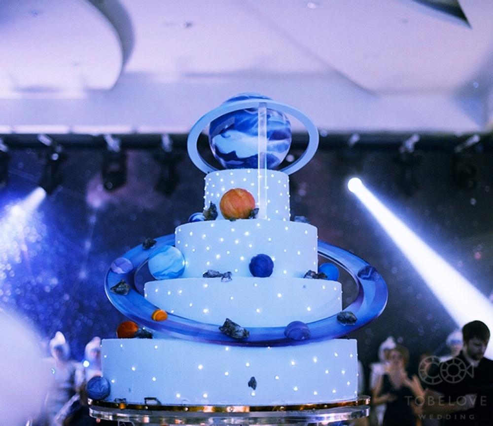 © tobelove.ru  Финальным аккордом стал торт, олицетворяющий Солнечную систему, выполненный во