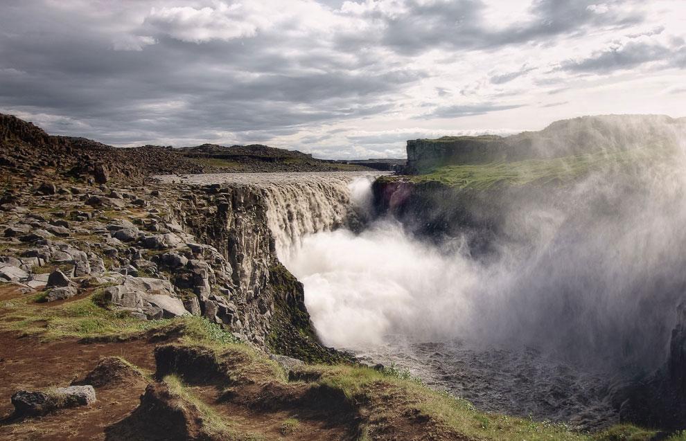 Водопад расположен на территории национального парка Йёкюльсаургльювюр, и является продолжением
