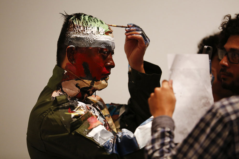 Рабочий процесс со стороны. (Фото Reuters | Jorge Silva):