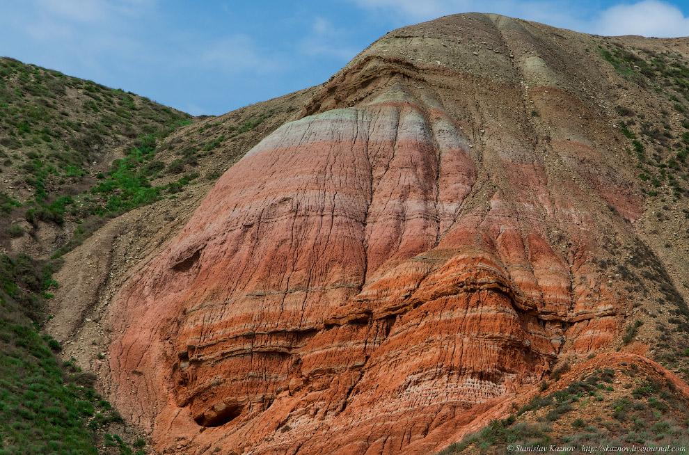 5. Подойдя вплотную к скале, вид — непередаваемый. Тишина, ветер и какие-то космические пейзажи.