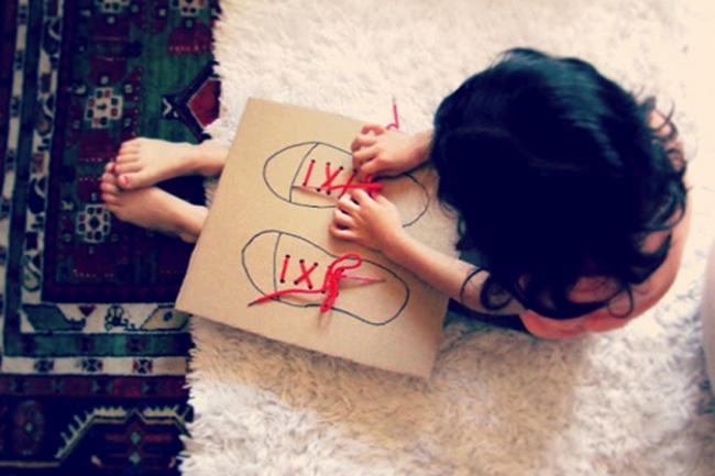 2. Возьмите небольшой картон и нарисуйте на нем ботиночки или туфельки. С помощью ножниц сделайте на
