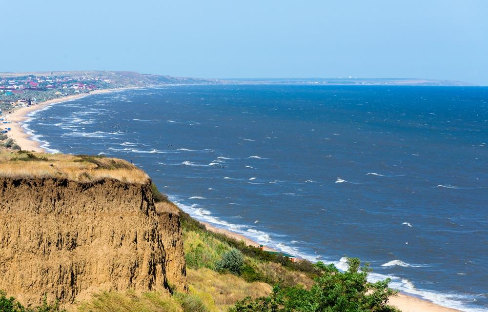 Азовское море— самое мелкое вмире, поэтому уже вначале июня тут купаются, как впарном молоке. С