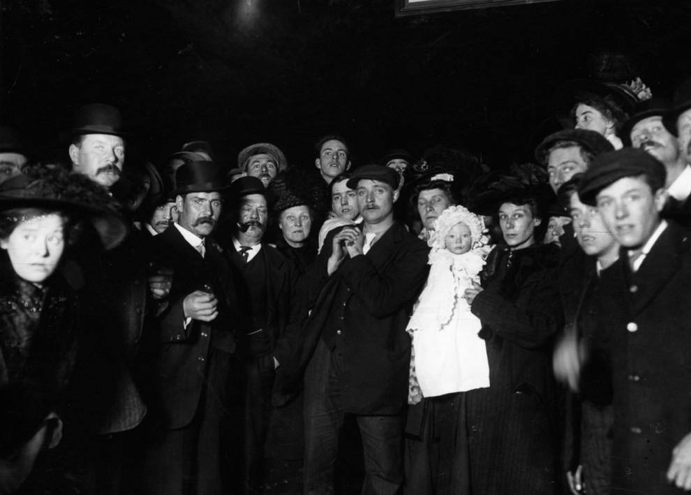 Выживший пассажир «Титаника» оставляет женщине автограф, 29 апреля 1912 года.
