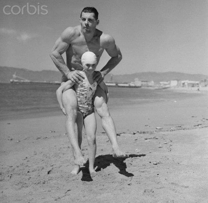 Патрисия О`Киф, юный бодибилдер весом 30 килограмм, возит на спине 90-килограммового мужчину. 1940 г