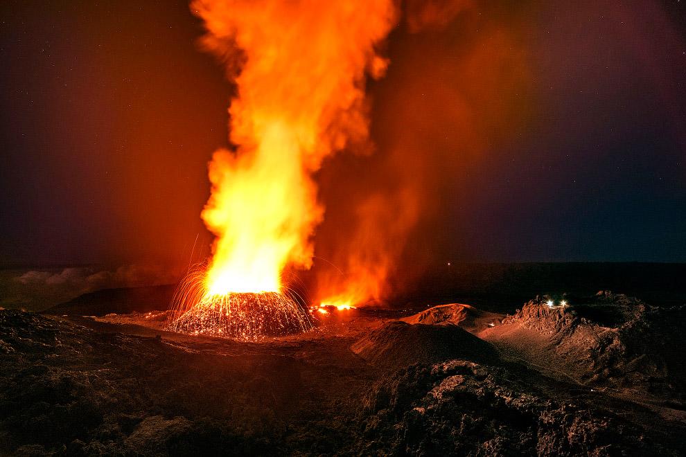 8. Как правило, вулкан выбрасывает лаву в районе кальдеры, но случается так, что она вытекает и