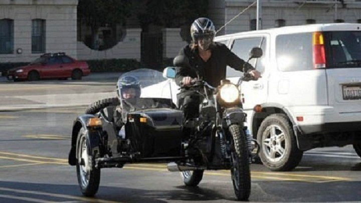 Брэд Питт рядом со своим колясочном мотоциклом