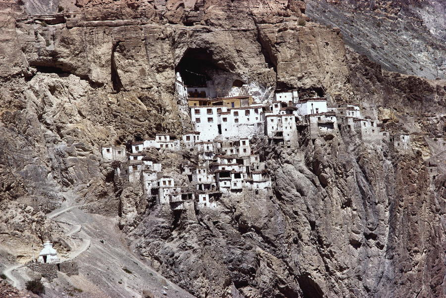 11. Гомпа Фуктал, Индия / Phugtal Gompa, India Укрепленный монастырь в скалах, расположенный в горах