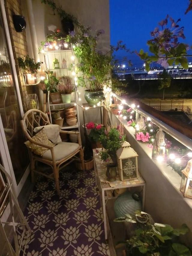7. Вечером свет свечей или огоньки гирлянд превратят ваш балкон в самое романтичное место в мире. По