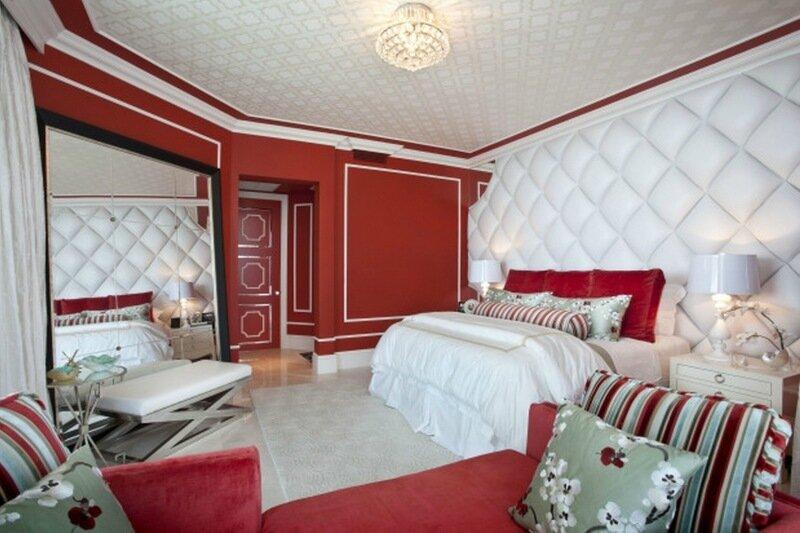 спальня с красными стенами