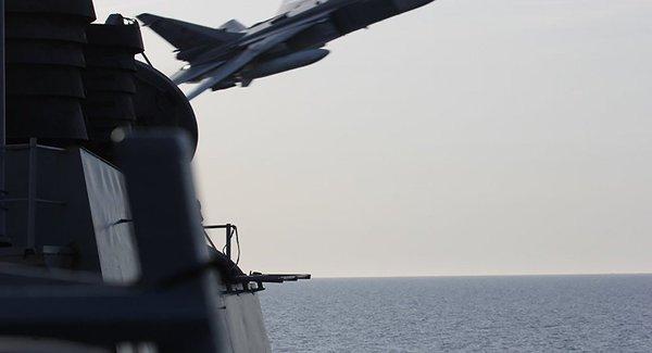 Российские военные самолеты имитировали атаку наэсминец ВМС США