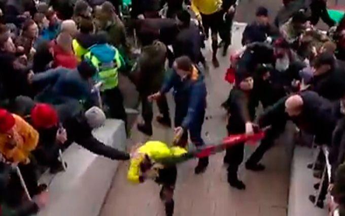 «Верес»— «Колос»: фанаты напали наарбитра Шандора— охрана применила слезоточивый газ