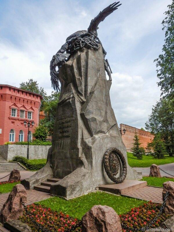 Сквер памяти героев, Смоленск, памятник с орлами