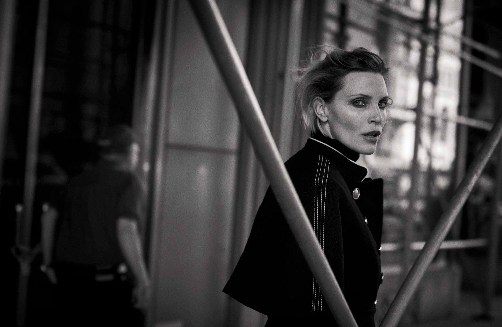 Nadja Auermann - Walking by Peter Lindbergh - Vogue Italia october 2016