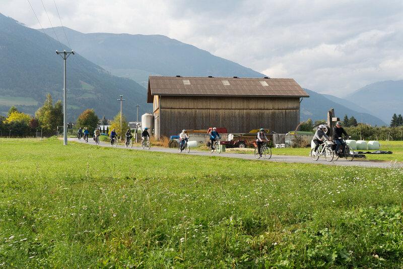 велосипедисты в долине Адидже (Adige), Альпы, Италия