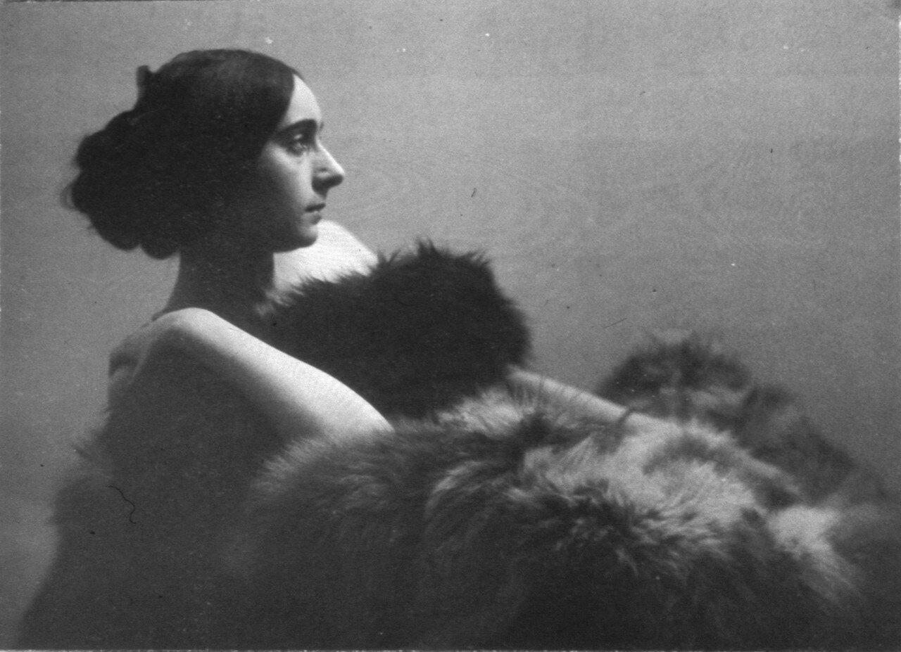 В 1938–1941 годах она преподавала в Париже, где у нее была своя студия, снималась во Франции и Австрии.