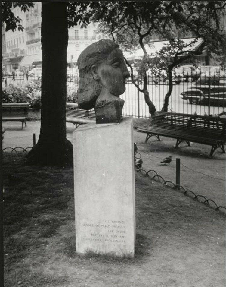 Памятник Аполлинеру в Сен-Жермен-де-Пре