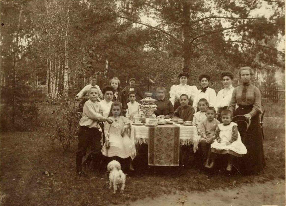 1910-е. Семейный портрет - чаепитие за самоваром