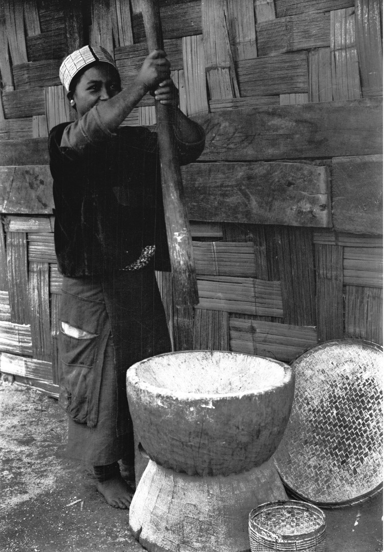980. Толчение риса
