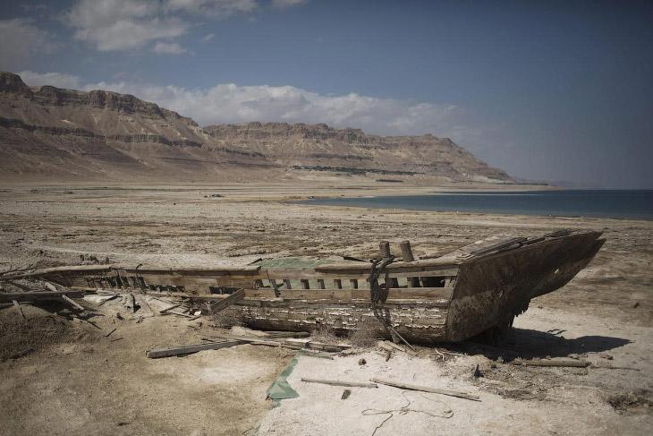 На самом деле, Мертвое море — бессточное солёное озеро между Израилем, Палестинской национально