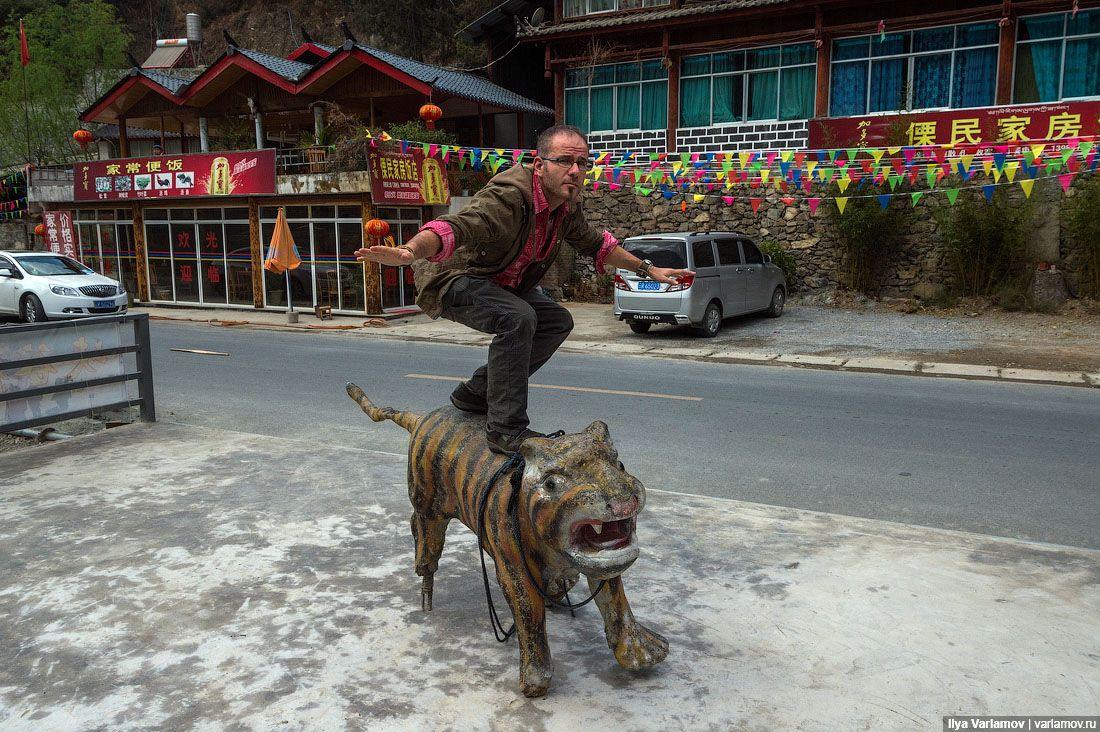 На въезде уже поставили красивый памятник тигру. Как и положено, памятник огородили блестящим