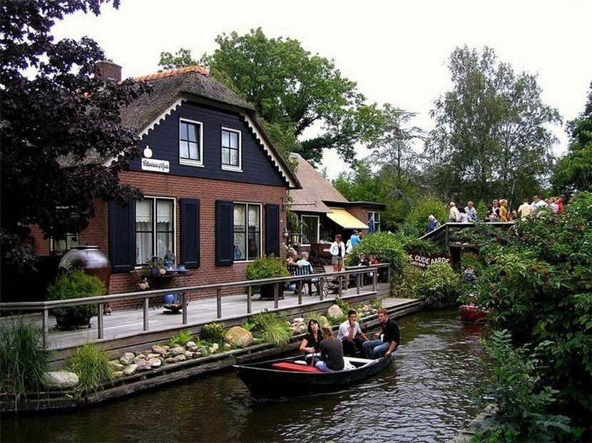 9. Вдоль каналов стоят дома, один симпатичней другого. Вдоль одной стороны канала идет узкая асфальт