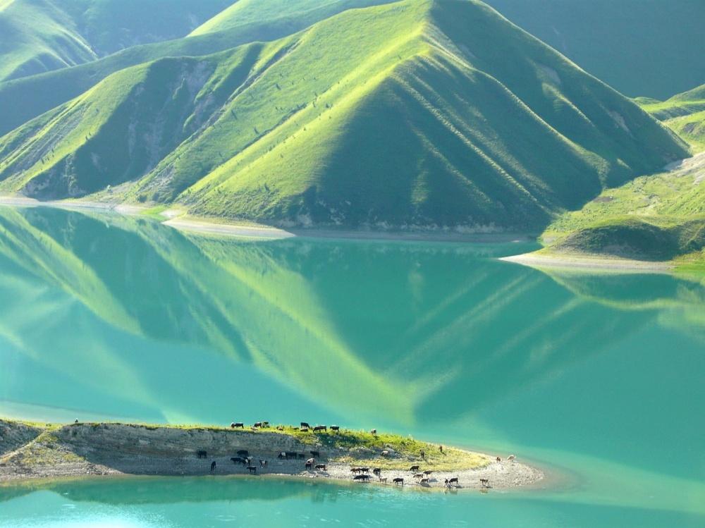 Озеро Кезеной-Ам (Эйзен)— самое крупное высокогорное озеро вмире. Его протяженность ссевера наюг