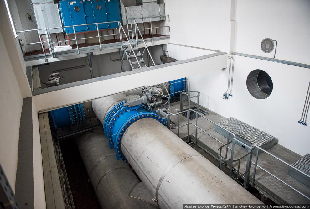 12. Вот она! 40 тысяч кубометров чистой воды. В этот подземный резервуар вода попадает примерно
