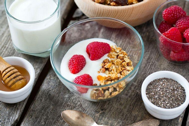 6. Выбирайте полезные снэки Без снэков никуда. Диетологи советуют питаться дробно и есть 5–6 раз в д