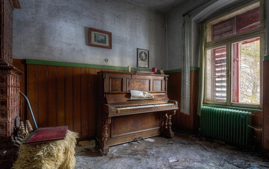 9. «Когда я вижу пианино в заброшенном здании, я люблю думать о том, как бывшие жители собирались вм