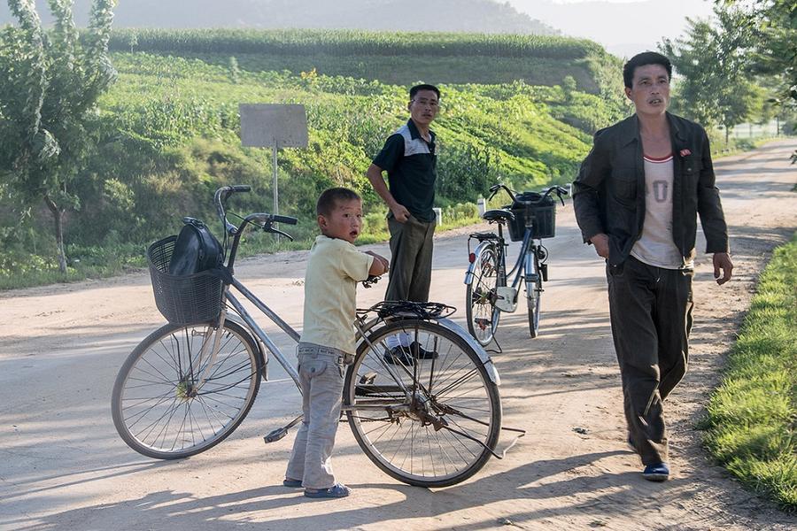 8. Северо-корейцы с удивлением смотрят на «чужих» в Нампхо