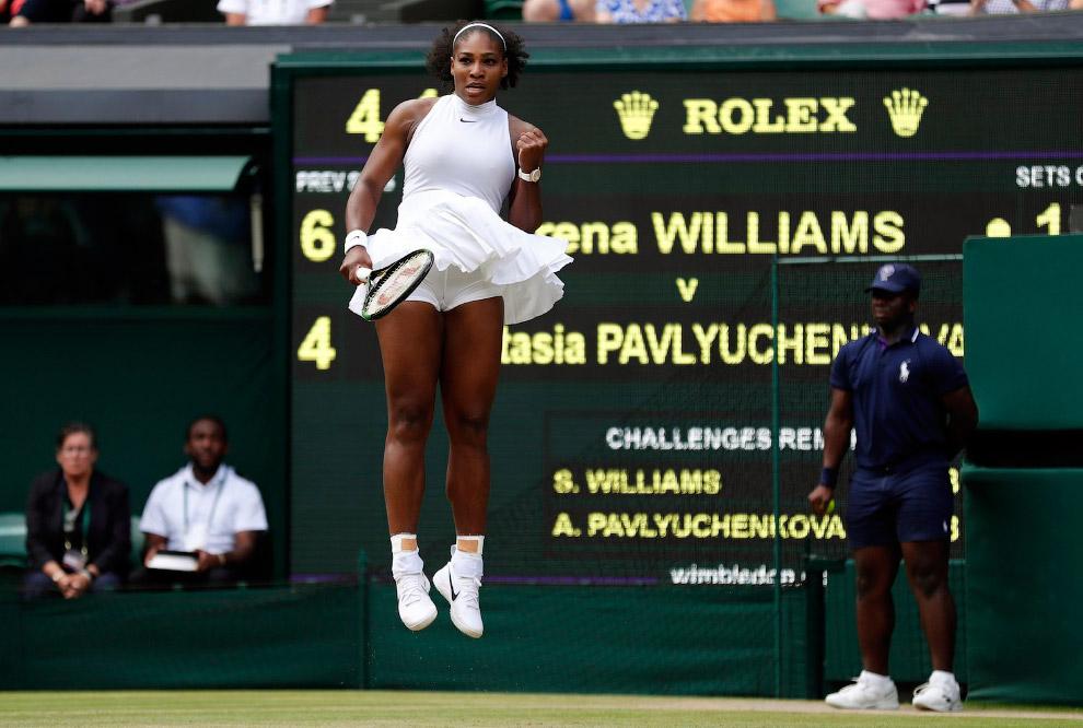 18. Роджер Федерер упал на корт во время игры. В полуфинале он проиграл. (Фото Clive Brunskill