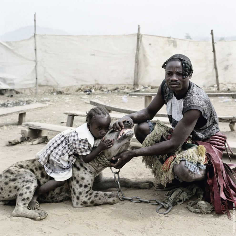 10. Мамми Ахмаду и Маллам Мантари Ламал с гиеной Маинасара. (Photo by Pieter Hugo)