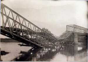 Солдаты на пешей переправе, устроенной на разрушенном мосту.