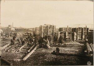 Солдаты и местное население во время заготовки ряжей для восстановления моста через реку Сан.